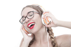 Mujer con música que escucha de los auriculares Imagen de archivo libre de regalías