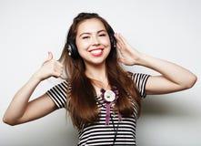 Mujer con música que escucha de los auriculares Agains del baile de la muchacha de la música Fotografía de archivo libre de regalías