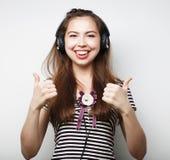 Mujer con música que escucha de los auriculares Agains del baile de la muchacha de la música Imágenes de archivo libres de regalías