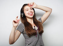 Mujer con música que escucha de los auriculares Agains del baile de la muchacha de la música Fotos de archivo