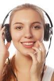 Mujer con música que escucha de los auriculares Aislador de la muchacha del adolescente de la música Imagen de archivo