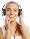 Mujer con música que escucha de los auriculares Aislador de la muchacha del adolescente de la música Fotografía de archivo