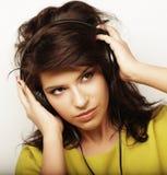 Mujer con música que escucha de los auriculares Baile de la muchacha de la música contra el fondo blanco Fotografía de archivo