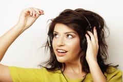 Mujer con música que escucha de los auriculares Baile de la muchacha de la música contra el fondo blanco Imágenes de archivo libres de regalías
