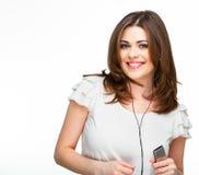 Mujer con música que escucha de los auriculares en el playe mp3 Imagen de archivo