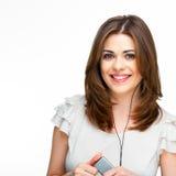 Mujer con música que escucha de los auriculares en el playe mp3 Imágenes de archivo libres de regalías