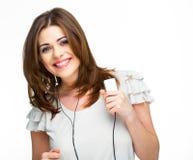 Mujer con música que escucha de los auriculares en el playe mp3 Fotos de archivo