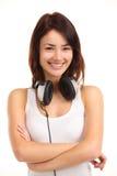 Mujer con música que escucha de los auriculares en jugador Foto de archivo