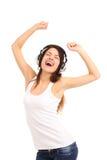 Mujer con música que escucha de los auriculares en jugador Imagen de archivo libre de regalías