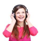 Mujer con música que escucha de los auriculares en jugador Foto de archivo libre de regalías