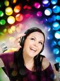 Mujer con música que escucha de los auriculares por el mp3 Fotografía de archivo
