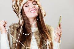 Mujer con música que escucha del teléfono elegante Imagenes de archivo