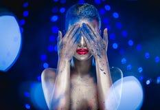 Mujer con maquillaje brillante creativo Fotografía de archivo