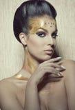 Mujer con maquillaje brillante elegante foto de archivo