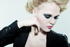 Mujer con maquillaje brillante en ojos con sus manos FO Imágenes de archivo libres de regalías