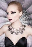 Mujer con maquillaje brillante y con joyería del sistema Imagenes de archivo