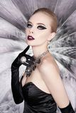 Mujer con maquillaje brillante y con joyería del sistema Foto de archivo libre de regalías