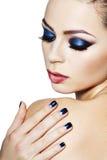 Mujer con maquillaje brillantemente azul Imagenes de archivo