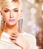 Mujer con maquillaje de la moda y pelos blancos imagen de archivo libre de regalías