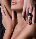 mujer con maquillaje en joyería de lujo imagen de archivo libre de regalías