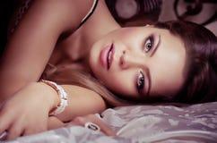 Mujer con maquillaje en joyería de lujo Imagenes de archivo
