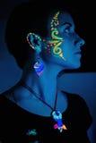 Mujer con maquillaje fluorescente y Bijouterie Foto de archivo