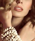 Mujer con maquillaje y decoraciones preciosas Fotos de archivo libres de regalías