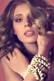 Mujer con maquillaje y decoraciones preciosas Imagenes de archivo