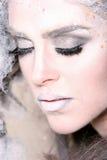 Mujer con maquillaje y el peinado de la alta manera imagenes de archivo