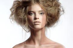 Mujer con maquillaje y el peinado perfectos Imágenes de archivo libres de regalías