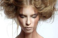 Mujer con maquillaje y el peinado perfectos Foto de archivo libre de regalías