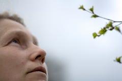 Mujer con mirada pensativa Imagenes de archivo