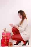 Mujer con muchas cajas de regalo de la Navidad Fotos de archivo