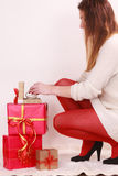 Mujer con muchas cajas de regalo de la Navidad Imágenes de archivo libres de regalías