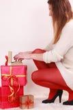 Mujer con muchas cajas de regalo de la Navidad Fotografía de archivo