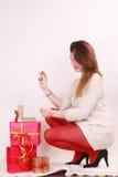 Mujer con muchas cajas de regalo de la Navidad Fotografía de archivo libre de regalías