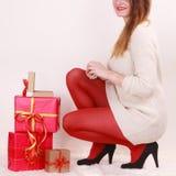 Mujer con muchas cajas de regalo de la Navidad Imagenes de archivo