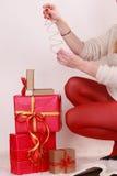 Mujer con muchas cajas de regalo de la Navidad Fotos de archivo libres de regalías