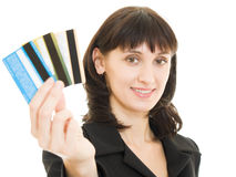 Mujer con muchas diversas tarjetas de crédito Fotografía de archivo libre de regalías