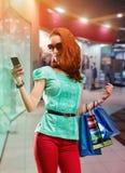 Mujer con muchos bolsos shooping Imagen de archivo libre de regalías