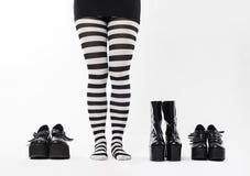 Mujer con muchos zapatos foto de archivo libre de regalías