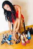 Mujer con muchos zapatos a elegir de Fotos de archivo