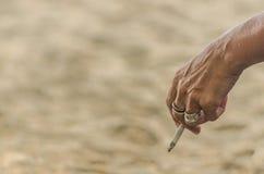 Mujer con nido de abeja del cigarrillo Fotografía de archivo