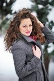 Mujer con nieve en el pelo en parque del invierno Imágenes de archivo libres de regalías