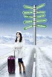 Mujer con opciones de las vacaciones del destino del invierno Imagen de archivo libre de regalías
