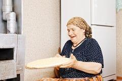 Mujer con pan hecho en casa Imagenes de archivo