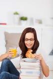 Mujer con pan y la bebida Imagen de archivo libre de regalías