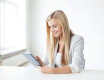 Mujer con PC de la tableta Fotos de archivo