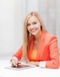 Mujer con PC de la tableta Imagen de archivo libre de regalías