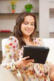 Mujer con PC de la tableta Fotografía de archivo libre de regalías